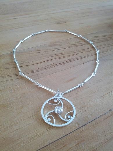 Zilveren draad-buis collier met graancirkel en **Zirkonia**