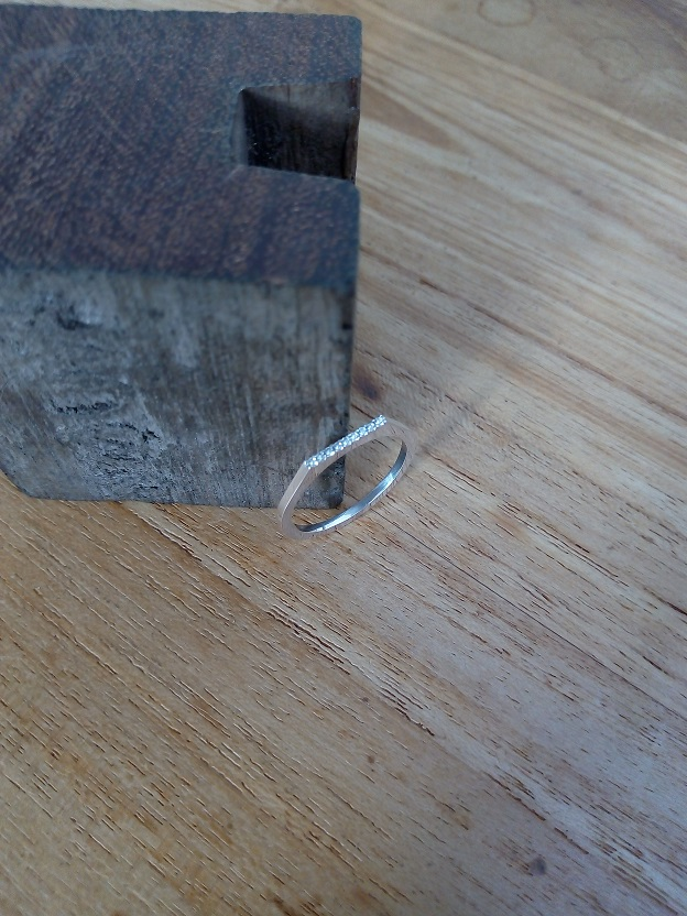 Zilveren ring met **micro pavé op rand**